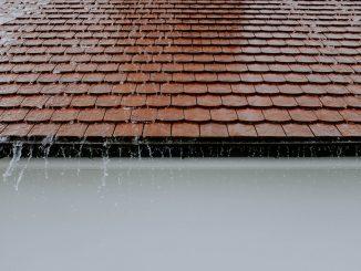 dach w trakcie deszczu